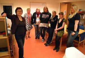 En av Bräckes gymnasierektorer, Margit Hallgren, tillsammans med handledaren för omvårdnadsprogrammet/ungdom Marie Jamtebo tillsammans med hotell och restaurang- och omvårdnadseleverna Jennifer Gresseth, Bräcke, Sofie Bäckman, Ånge, Emelie Hansson, Kälarne, Malin Göransson, Ånge, och Karolin Moberg, Bräcke, som tillsammans med ytterligare två ur omvårdnadsprogrammet och sina kamrater på fordonsprogrammet är sista eleverna på dessa kurser vid Bräckegymnasiet.