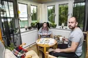 Petersviksborna Anna Zaar Andersson och Mikael Andersson känner inte att projektet med logistikparken övertygar och det bär emot att tvingas lämna huset i höst.