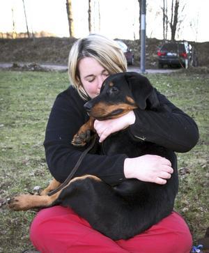 """Hundägare: Eva Lantz.Ålder: 40 år.Bor: I Hjortkvarn.Hund: Figo.Ålder: Fyra månader.Ras: Beauceron.Eva berättar: """"Figo är född hos mig, jag är uppfödare. Så jag har hans mamma och faster hemma hos mig också. Jag behöll en ur kullen, och det blev bra. Figo är min nya tävlingshund är det tänkt. Hundar har alltid varit ett stort intresse för mig."""""""