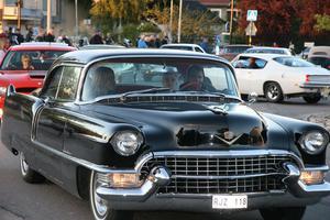 Flera vackra amerikanare från 50-talet fanns med i karavanen av bilar.