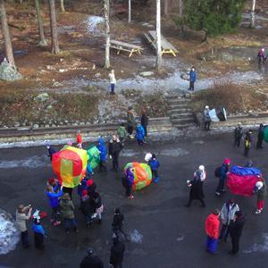 Eleverna på Västerås waldorfskola har tillverkat varmluftsballonger avsilkespapper och dessa är nu på väg att pröva sina vingar...De färggranna ballongerna lyfter så småningom och avtecknar sig vackertmot den klarblå himlen alldeles före sportlovsledigheten.