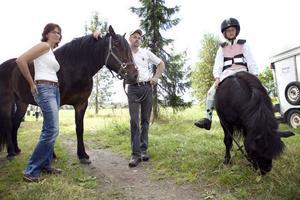 Marie och Lars-Göran Eriksson från Edsbyn med Svartåfaks, son till Järvsöfaks. Agnes Eriksson på hästen Max.