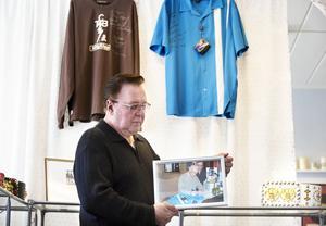 Den blå tröjan fick Runo av Elvis egen skräddare, Bernard Landsky som de träffade av en slump.