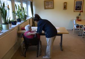 God omsorg. Vänsterpartiet står för en solidariskt finansierad och jämlik äldreomsorg, baserad på de behov varje individ har för att kunna få bästa möjliga livskvalitet också på ålderns höst, skriver debattörerna.foto: scanpix