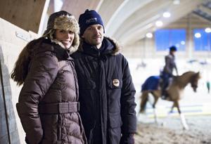 Sigrid Bergåkra, här med sambon Robin Holmström, blev bekant med Linda Algotsson när de gick en tränarutbildning på Strömsholm. I bakgrundens syns Sundsvallsekipaget Sandra Holmström och Honey.