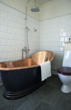 Det fina badkaret är av koppar.