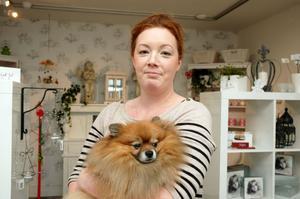 """VITT. Anette Larsen öppnar inredningsbutiken Lilla vita. """"Jag älskar stilen shabby chic. Det är en dansk-fransk stil där sakerna är vita och nötta"""", säger hon. I famnen har hon hunden Sixten."""