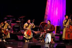 En kvartett mongoliska strupsångare spelade så att strängarna svängde i luften och rytmen fyllde hela salongen.