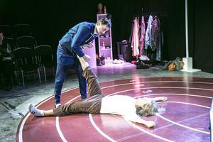 Scenen är en idrottsarena. Jon Karlsson och Emil Roos Lindberg.   Foto: Hossein Salmanzadeh