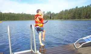 Samuel på språng i vattnet.