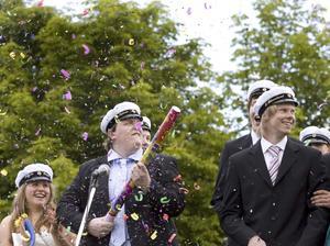 Konfetti. Joel Shar från firar sin student med konfettibomber.