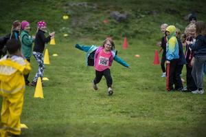Med hejarrop från alla håll kommer Madelene Emanuelz med stora steg mot mållinjen.