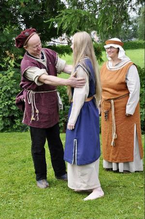 Äldsta dottern (Ann Persson) får ett halvt löfte av Arne i Goksio (Gert Andersson) att få ett bronsspänne när han kommer tillbaka från den långa resan. Arnes hustru (Inga-Lill Johansson) ser roat på.
