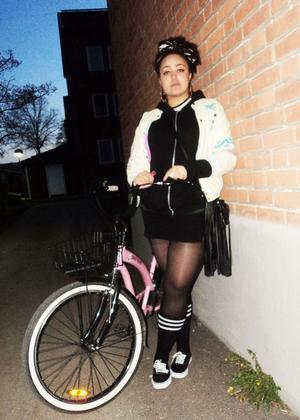 Rullar på. Annette har på sig Vans, strumpbyxor, klänning och tjocktröja från Lindex, jacka och örhängen från Bloppisar, sjal från Dollar Store. Cykeln är från Inreda.se.