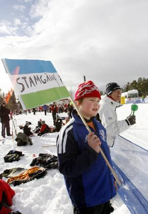Heja, ropar Mattias Berglund som stöttar sina skolkamrater som är ute i tävlingsspåret. Mattias är 10 år och går på Stamgärde skola i Undersåker.