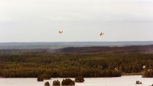 Specialflygplanen cirklade länge över Ängelsberg. Nu är det dags att hämta vatten i Snyten.