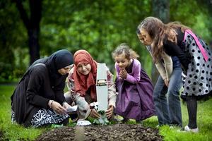 Familjen Manal El Bana besöker Rims grav på Norra Kyrkogården