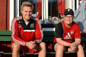 Tränare Pontus Melander och materialförvaltaren Marcus Johansson njuter av seriesegern.