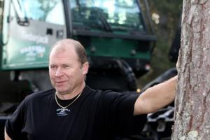 50 - årige Bernt Jonsson är skogsmaskinernas guru i Hasselas bolagsskogar. Just nu är han dock nere i Knoppe på ett uppdrag beställt av Holmen på privatägt skogsskifte. Tvåtusen kubikmeter ska levereras.