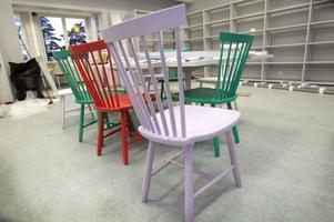 Designat. Runt ett bord står ett tiotal av Carl Malmstens pinnstolar Lilla Åland.