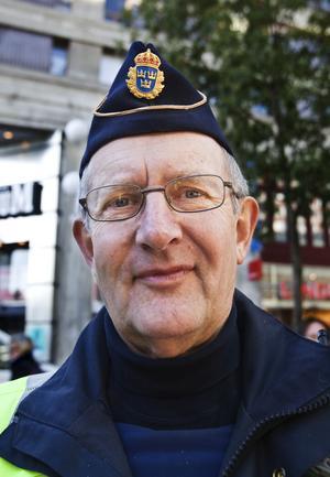 Ulf Oskarsson, numera pensionerad brottsutredare, föreslår GPS-sändare i bilen och båten för att försvåra för tjuvarna.