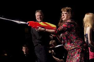 Den snåla rektorn, spelad av Katarina Håkansson, sprutar vatten på publiken.