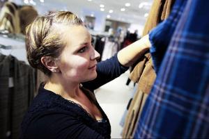 """Nu är det en fröjd för Mari Englsperger att titta på kläder i alla butiker, hon kan ha """"vanliga"""" storlekar nu."""