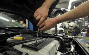 Inom bilbranschen märker man inte så mycket av lågkonjunkturen. I dessa tider lagas och repareras många bilar, medan nybilsköpen blir fler i högkonjunktur. Foto: Fredrik sandberg/scanpix