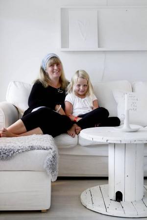 HEMMAMYS. Lise-Lott Linderqvist myser i den vita soffan tillsammans med dottern Ebba som är sex år.