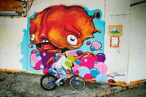 Färgstark konst. Konstnären bakom den här målningen är Anya Blom som studerar på Örebro konstskola.