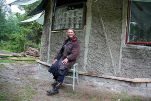 Erbjuder kurser. Marjo Marthin och Föreningen Kulturand inbjuder ännu en gång till kurs i lerhusbyggen. Denna gång med inriktning på att lägga golv.