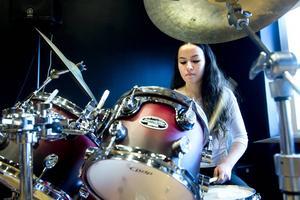 Trummisen Chrystal Andersson som i vanliga fall spelar med bandet
