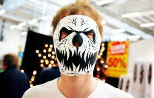 """Åker man MC i blåsiga Östersund så kan det vara bra att skydda ansiktet. Med en dödskallemask tillverkad i vindtätt neoprenematerial. """"Man kan ha den jämt"""", säger Andreas Fjellner. """"Speciellt om man ska synas"""", tillägger han."""