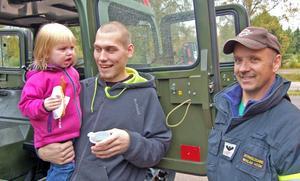 Nicklas Höök håller upp bandvagnsdörren för Amanda och Jerry Höglund.