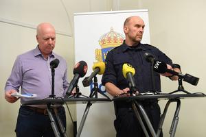 Anders Wretling, stf chef för Utredningsenheten på NOA, och Polisens nationella kommenderingschef Stefan Hector under torsdagens presskonferens om terrordådet.