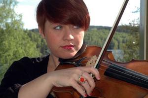 Hanna Ekström har spelat med Brian Wilson, Robyn och Carola.
