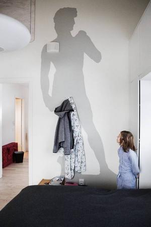 8-åriga Anna-Linnea Balzanetti berättar om väggmålningen.– Mamma och pappa träffades i skuggan av David-statyn i Italien.