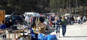 Utomhus. De säljare som fått sin plats utomhus var nöjda. Lördagen bjöd på perfekt försommarvärme - både säljare och köpare njöt i solskenet.