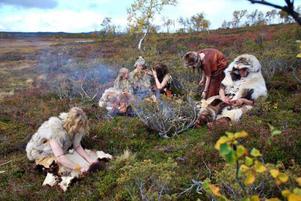 En stenåldersfamilj slår läger på Flatruet.Foto: Jon Jogensjö