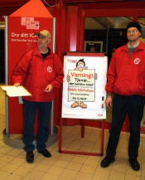 Håkan Byberg och Anders Nieminen från Njurunda socialdemokratiska förening skötte namnlistorna.