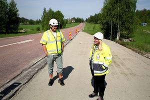 Lars Jonsson, NCC och Cecilia Engström, Trafikverket vid en ny busshållplats vid riksväg 50