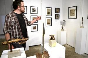 Återanvänt på museum. Mikael Tiderman på Frövifors pappersbruksmuseum öppnar nu tre olika utställningar. Det handlar om återbruk i form av konst, papperskläder och Billerud Korsnäs.Foto: Kerstin Schönström