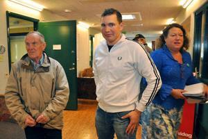 John Paul Persson, till vänster, och Daniel Persson beskriver en ohållbar tillvaro i Hosjöbottnarna utan el. Bakom till höger Eva Hellstrand (C), som lovade försöka hjälpa dem medan hon fortfarande sitter säkert på kommunalrådsplatsen.