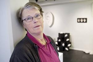 Med öga för öra. Birgitta Gidlund förenar verk i rustik stil med ett forskande arbetssätt. Teknikerna är många och skiftande                          visar hennes nya utställning i Galleri K.