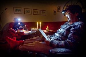 Roland och Kerstin Emretsson plöjer, i väntan på strömmen, böcker som författarna Jo Nesbø och Nora Roberts skrivit.