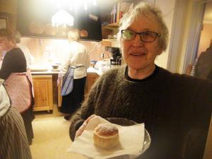 Ragna Bergström med en av de 300 småsemlor som var reserverade till de skidåkande barnen.