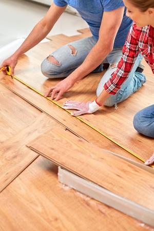Ett nytt golv ger ett lyft för hela rummet. Ett klickgolv som ligger ovanpå det befintliga golvet behöver inte limmas eller fästas någonstans, och du lägger det lätt själv.