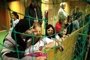 Vanessa och henne kompisar i ÖSK tycker det är roligt att få komma till Kumla och spela. Pappa Azur tittar spänt på dotterns matcher.Från vänster till höger, Azur Mujic, Vanessa Mujic, Embla Degrell och Lisa Hallén.