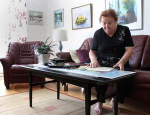 Elli Grönvall med brev och dokument från den tiden hon var krigsbarn i Bispgården i Jämtland.