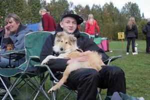 Collien Lady var trött efter två dagar i rad på hundutställningar och  fick vila i Johan Nordqvists knä.